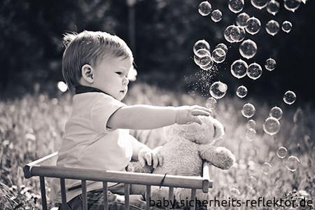 Baby Sicherheit dank Reflektoren an Kinderwagen und Kleidung